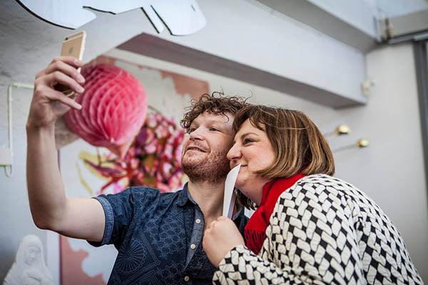 Två författare tar en selfie på en boklansering